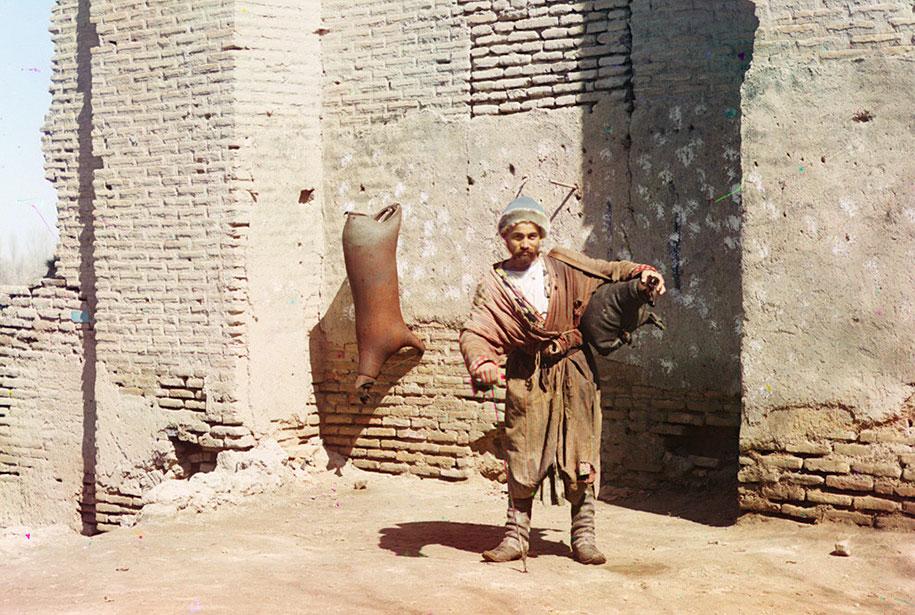 Seorang pengangkut air di Samarkand (sekarang Uzbekistan).