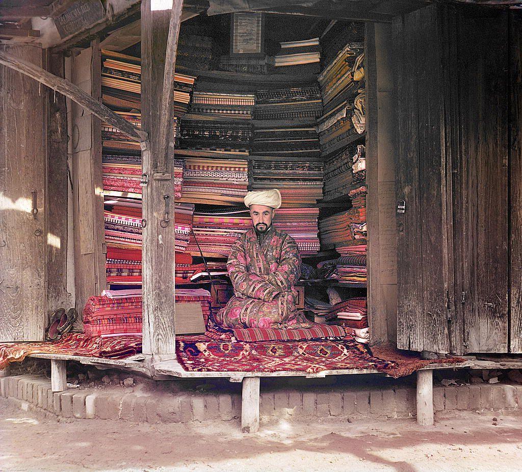 Seorang pedagang kain di Samarkand (sekarang Uzbekistan) duduk di warungnya.