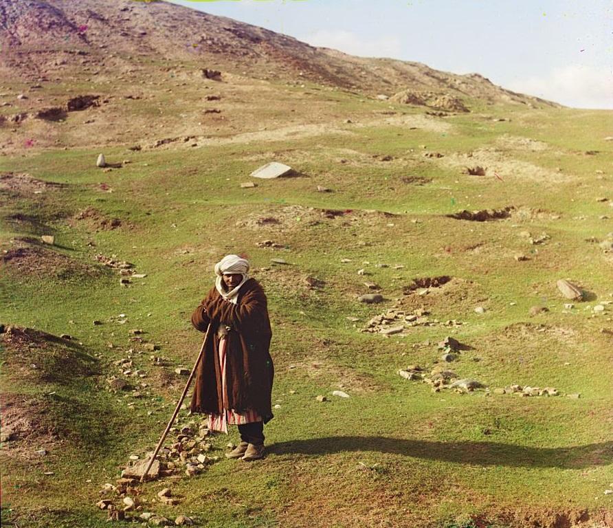 Penggembala berpose di dekat bukit, Samarkand (sekarang Uzbekistan).
