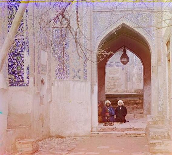 Dua orang sedang duduk di sebuah masjid di Samarkand (sekarang Uzbekistan).