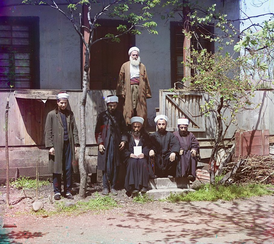Para pelajar duduk di luar madrasah mereka (sekolah agama) di Samarkand (sekarang Uzbekistan).