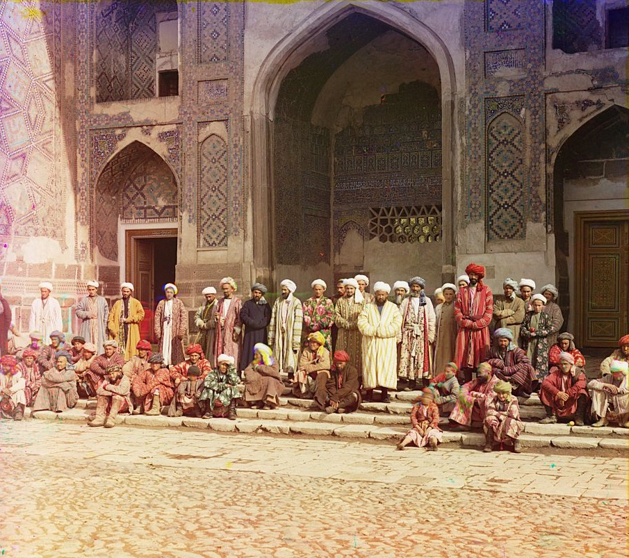 Para jamaah terlihat luar Masjid di Samarkand (sekarang Uzbekistan).