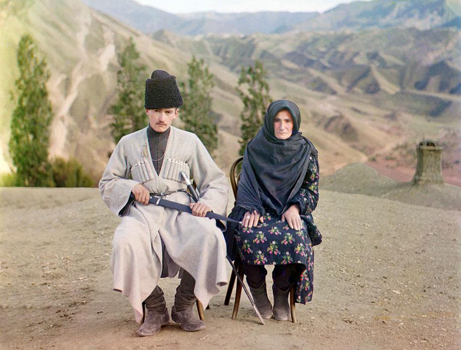 Seorang pria dan seorang wanita dari Dagestan berpose bersama-sama. Pria itu terlihat membawa pedang.
