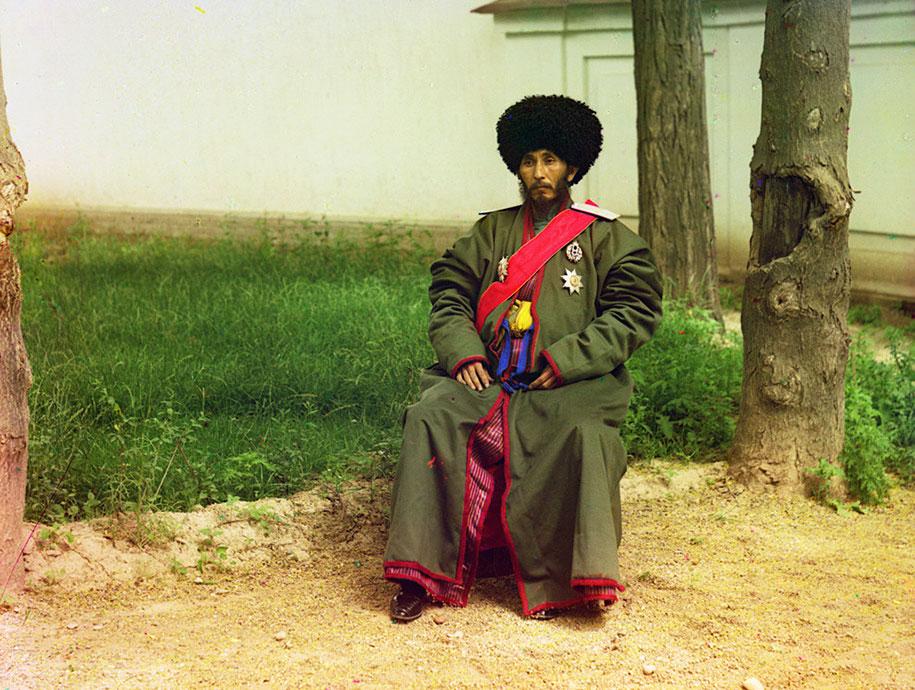 Isfandiyar Jurji Bahadur, Khan dari protektorat Rusia Khorezm (Khiva, sekarang menjadi bagian dari Uzbekistan modern) duduk di luar ruangan dengan seragam lengkap.