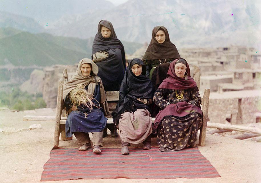 Sekelompok wanita memakai pakaian tradisional di Dagestan.