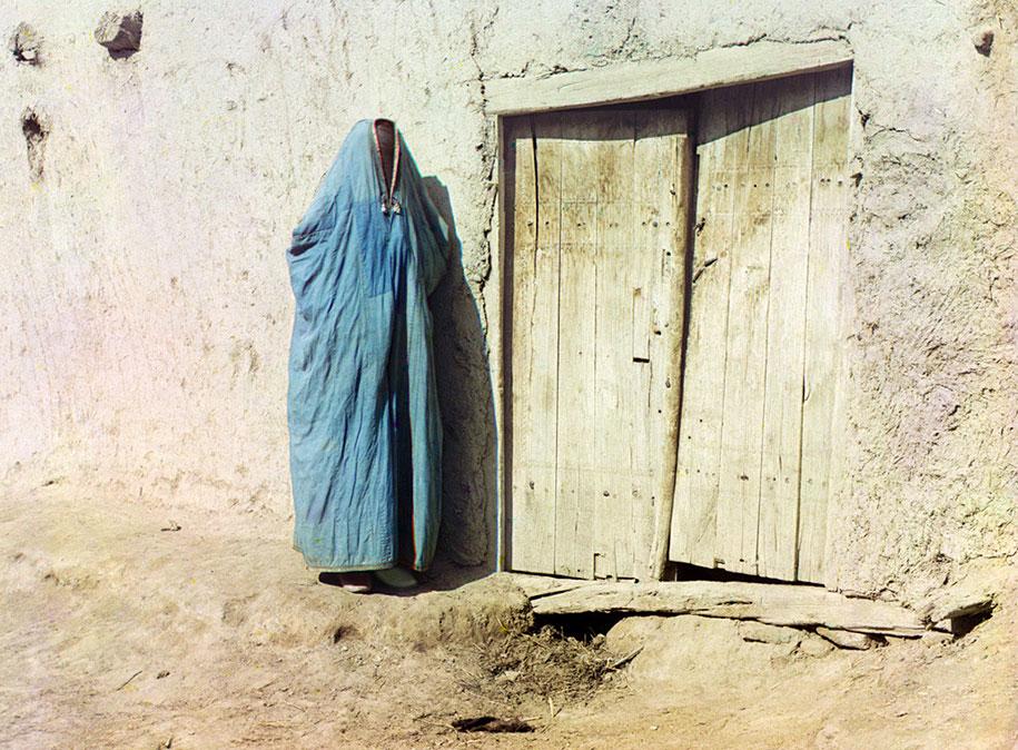 "Seorang wanita Sart dengan memakai purdah di Samarkand, Uzbekistan. Sampai revolusi Rusia tahun 1917, ""Sart"" adalah nama untuk Uzbek yang tinggal di Kazakhstan."